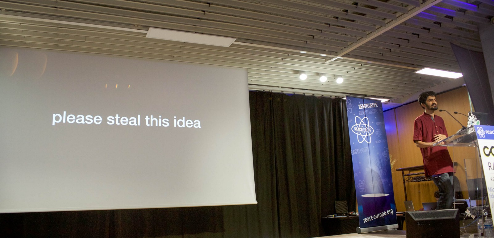 Sunil Pai with 'please steal this idea' on screen behind him - at ReactEurope 2018